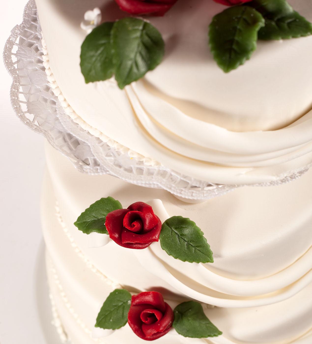 Hochzeitstorte_4stoeckig_rote_Rosen_Detail.jpg